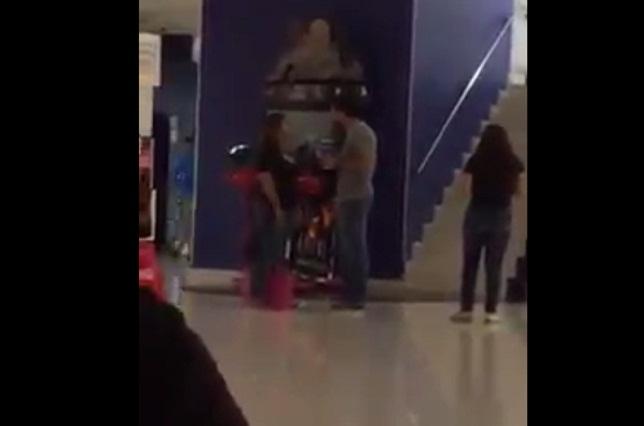 #LadyCachetada Chica golpea a novio infiel al cacharlo con otra en el cine