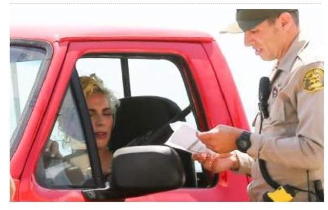 Lady Gaga es detenida por la policía de tránsito