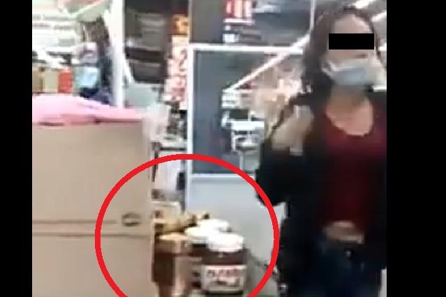 Lady Nutella: Chica intenta llevarse frascos y chocolates sin pagar y la atrapan