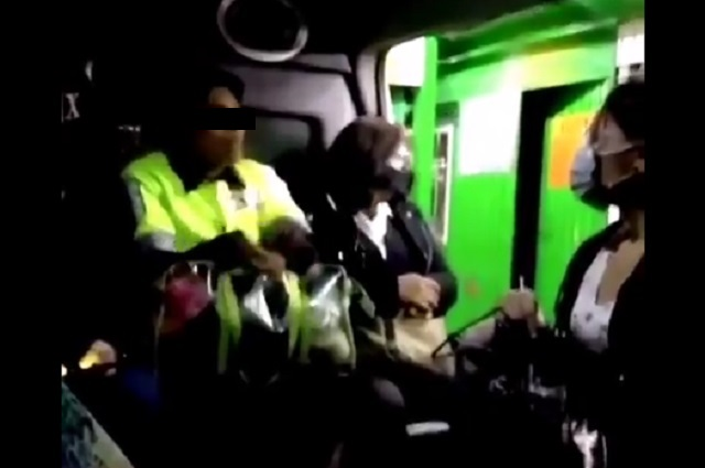 Lady Pepitas: Mujer come en transporte y se niega a usar cobrebocas