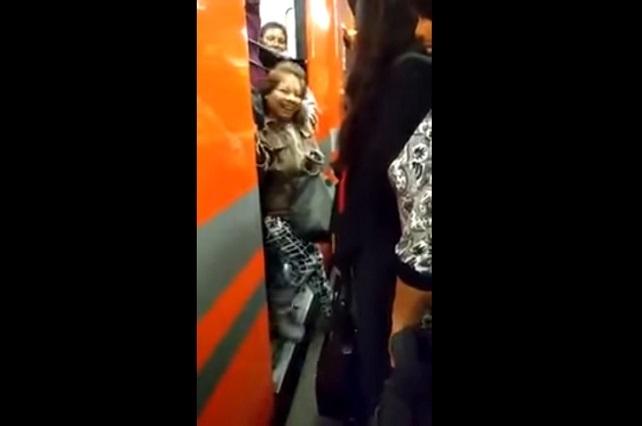 Lady Sí Quepo: Mujer lucha, grita y fracasa por entrar a vagón del Metro