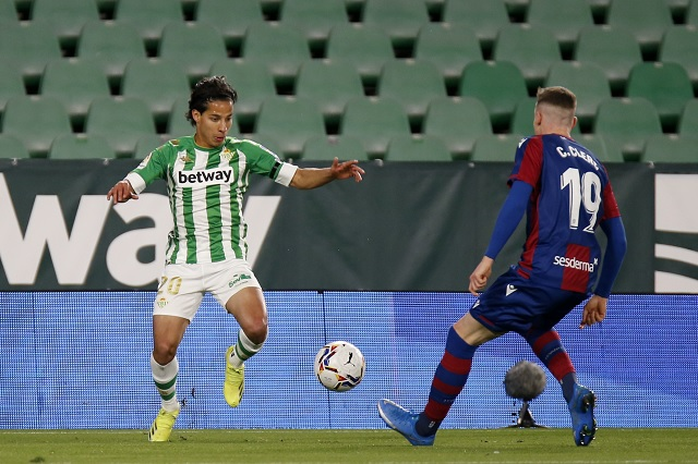 Lainez y Guardado arrancan como titulares en victoria sobre el Levante