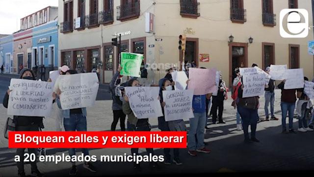 Bloquean calles y exigen liberar a 20 empleados municipales