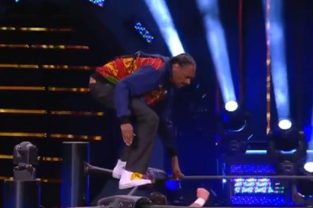 Snoop Dogg aparece en AEW con una peculiar plancha: Video