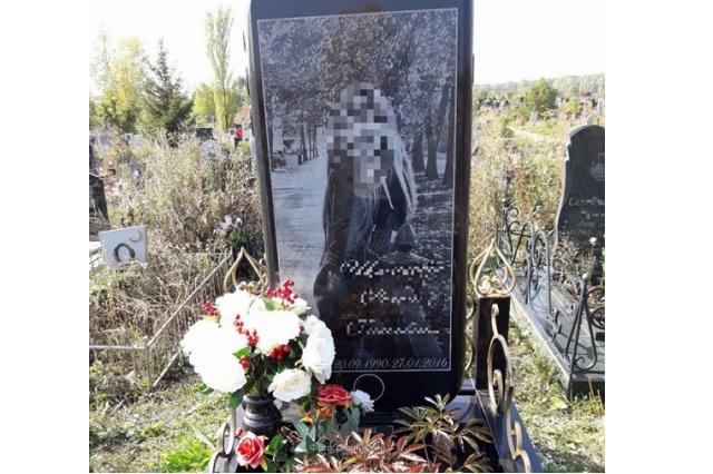 Padre coloca lápida con forma de iPhone en tumba de su hija