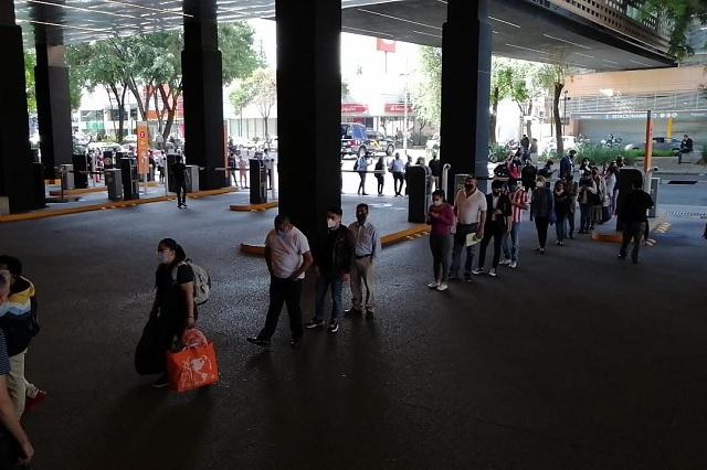 Largas filas en CDMX por reapertura de centros comerciales