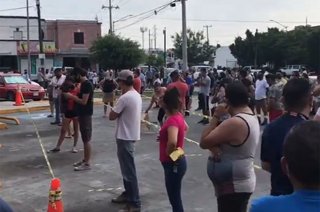 Forman largas filas para comprar cerveza en Monterrey