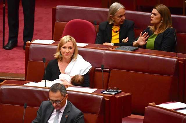 Larissa Waters, primera senadora que amamanta a su bebé en el parlamento