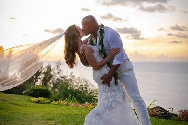 La Roca sorprende con boda sorpresa al estilo hawaiano