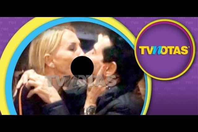 Laura Bozzo le da un beso en la boca a Juan José Origel