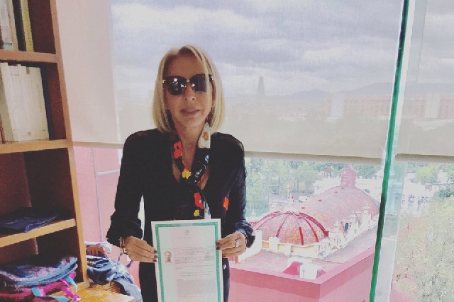 Laura Bozzo presume carta de naturalización de la SRE... ¡ya es mexicana!