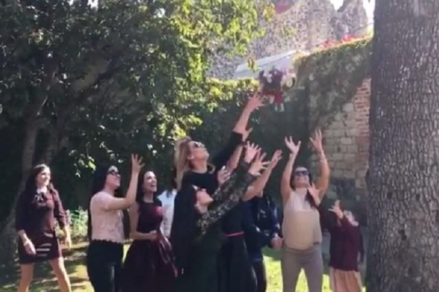 Cecilia Galliano gana el ramo en la boda de Laura G