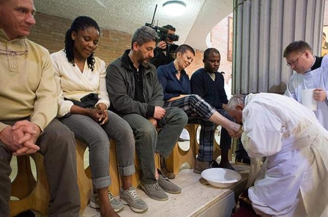 En Jueves Santo, el Papa les lava los pies a 12 presos