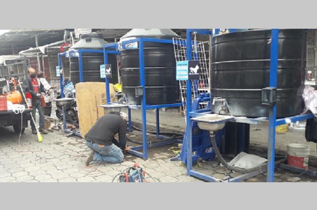 Dan mantenimiento a lavamanos públicos en Atlixco