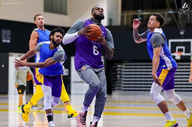 LeBron James practicó por primera vez con los Lakers