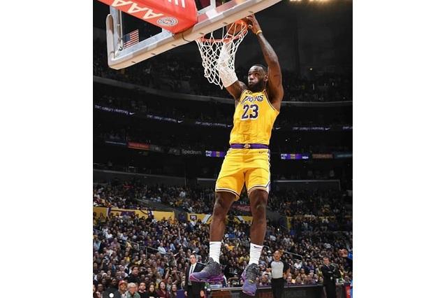 Le cometen faltas a LeBron James y no las marcan, se quejan Lakers