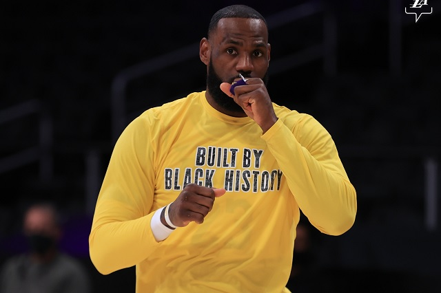LeBron James festeja 1,300 partidos con victoria sobre Warriors