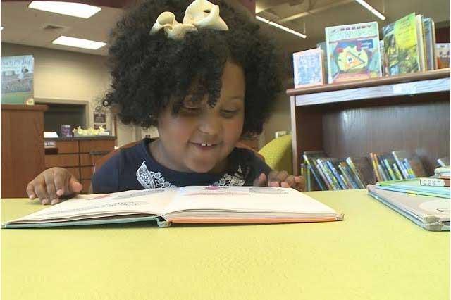 Lectora precoz: Niña de 4 años ha leído más de mil libros