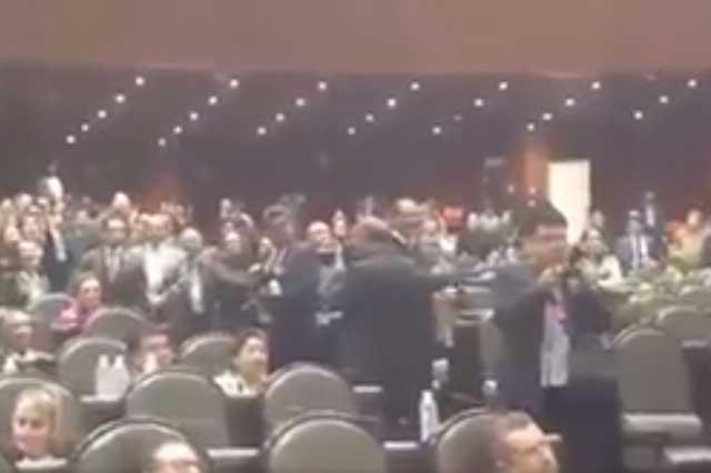 Diputadas interrumpen discurso de legislador y le gritan