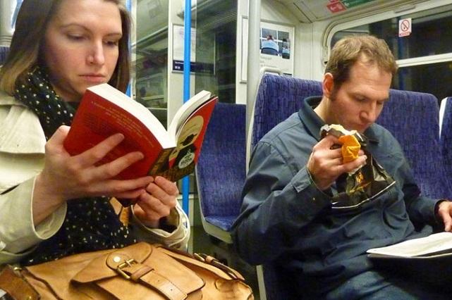 Viajan gratis los pasajeros que suban al camión con un libro en Rumania