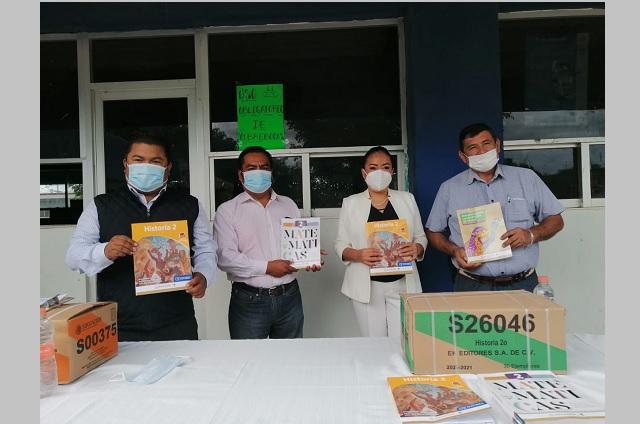 Con entrega de libros de texto inician clases en Acatlán