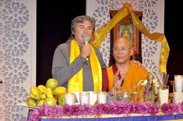 Elenco de serie Like realiza ceremonia budista