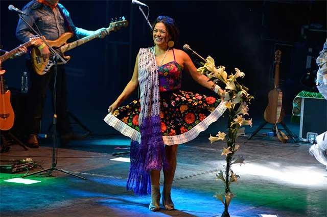 El folclore y la pasión de Lila Downs presentes en la feria de Puebla