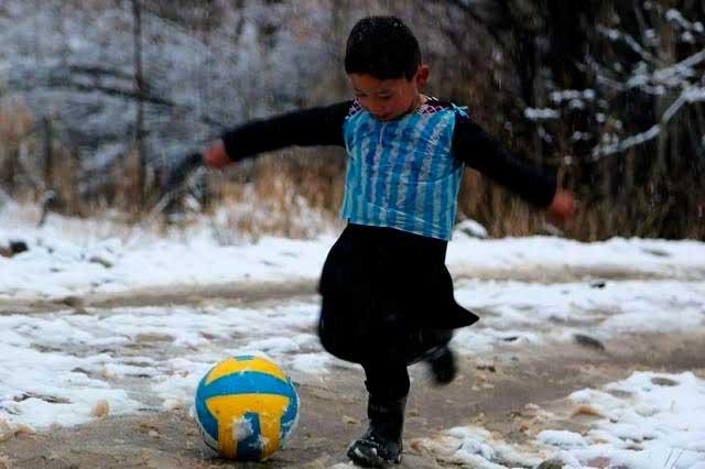 Messi se reúne con niño que usaba playera de plástico con su nombre