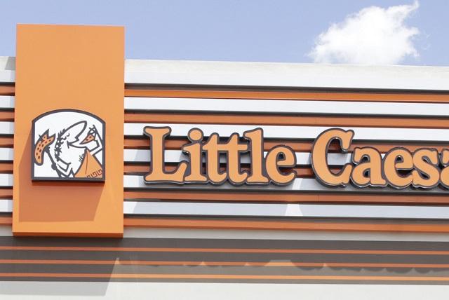 Acusan a Little Caesars de discriminación por no permitir a trabajador ir maquillado
