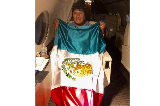 Llega a México Evo Morales y lo recibe Marcelo Ebrard