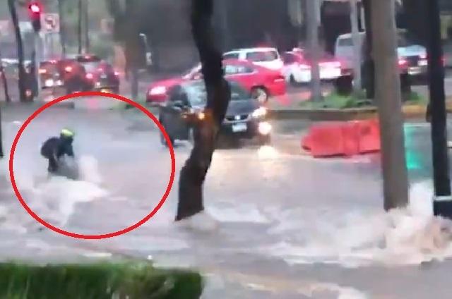 VIDEO: Agua arrastra motocicleta y después a su dueño