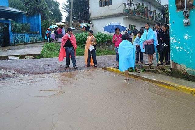 Ante lluvias suspende SEP clases en 56 municipios del norte de Puebla