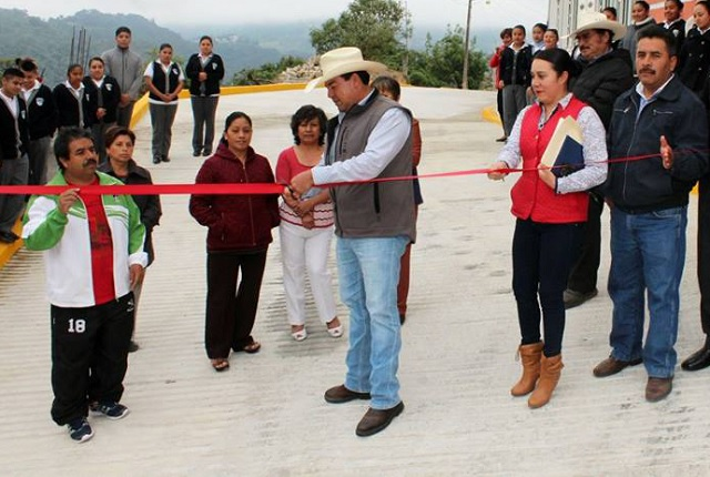 Inaugura Guillermo Lobato pavimentación en Zacapoaxtla