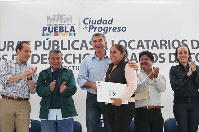 Gali entrega 154 escrituras a locatarios del Mercado Morelos