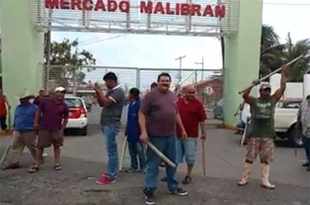 Locatarios se arman con piedras y palos para evitar saqueo a mercados