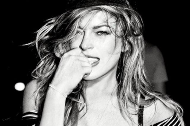 Lindsay Lohan enciende Instagram con sexy traje de baño