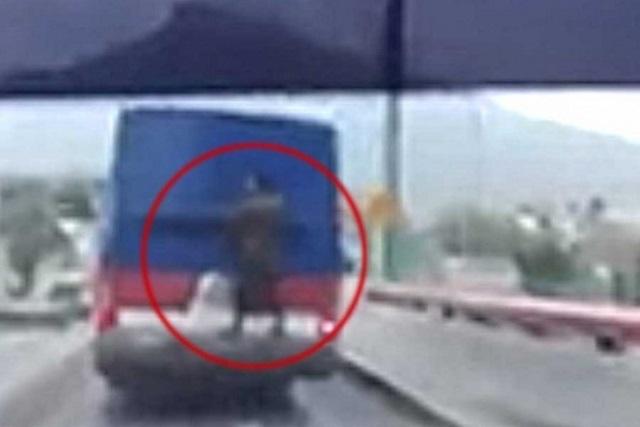 #LordMosca Hombre arriesga su vida viajando en la parte trasera de camión