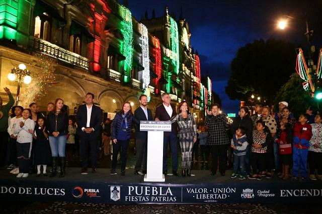 Inician festejos de septiembre con el encendido de luces en Puebla