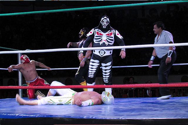 Realizan primera función de lucha libre de la Feria de Puebla 2016