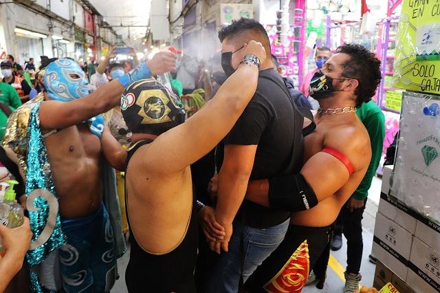 Luchadores CMLL fomentan uso de cubrebocas en CDMX