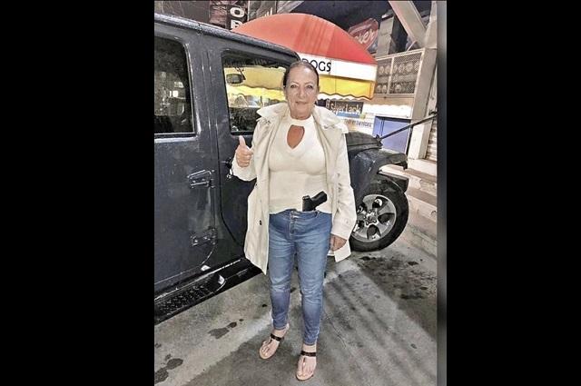 Difunden foto de senadora armada con una pistola Glock 45