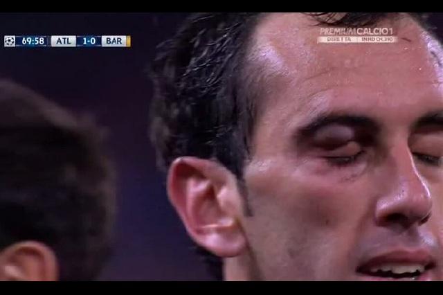 VIDEO: Luis Suárez dio codazo a Diego Godín y no lo expulsaron