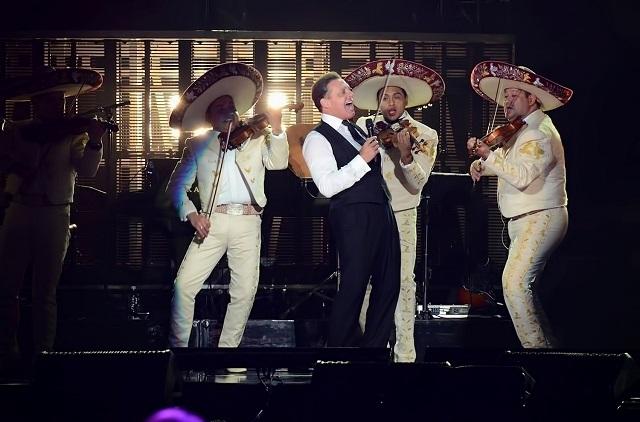 Luis Miguel sigue brillando y ahora toma tequila en pleno concierto
