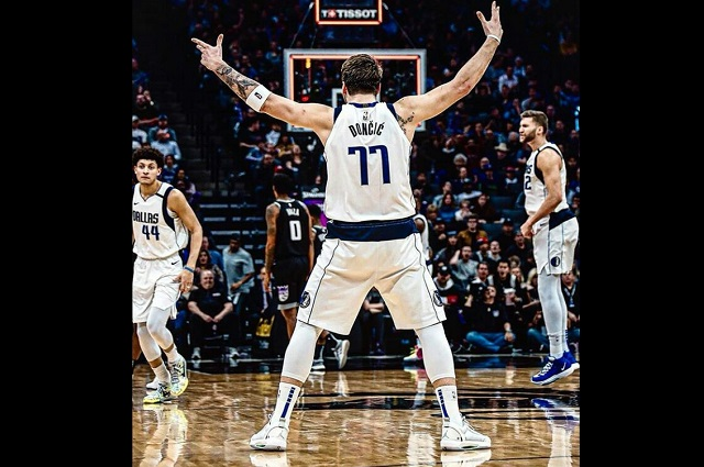 Luka Doncic da recital ante los Kings y marca un triple-doble