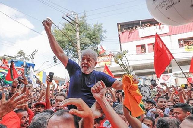 Anuncia Lula da Silva que se entregará a la justicia brasileña
