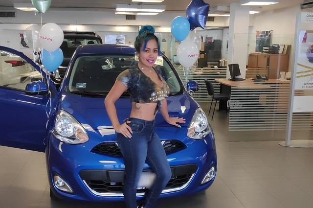 Mujer Luna Bella compra su primer auto, lo presume y la trolean