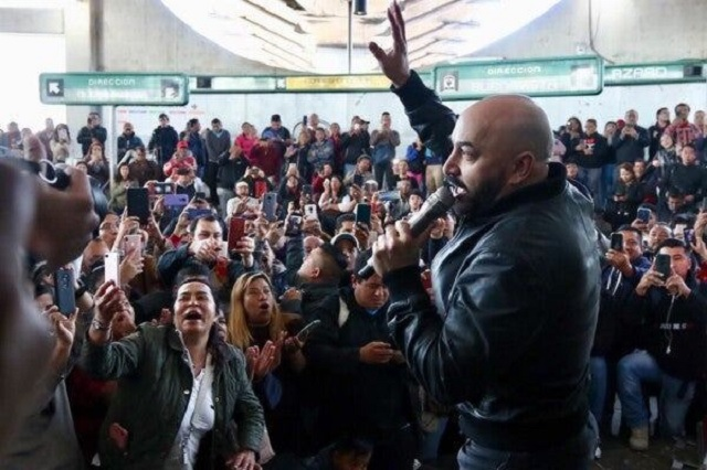 Sorprende Lupillo Rivera al echarse un 'palomazo' en el Metro
