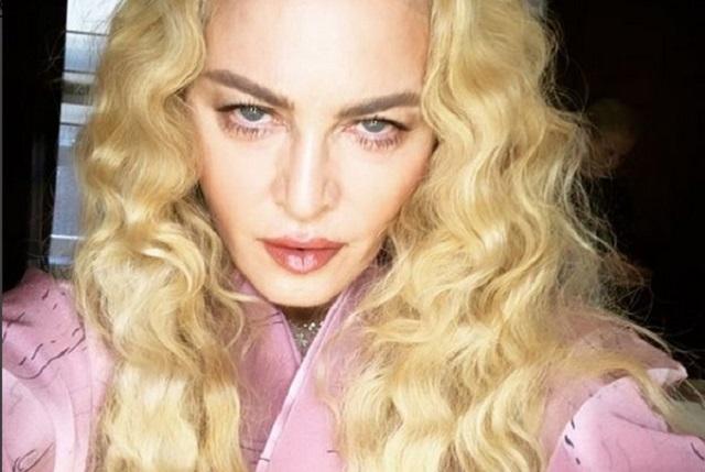 Madonna aparece en la cama junto a Bono y The Edge, de U2
