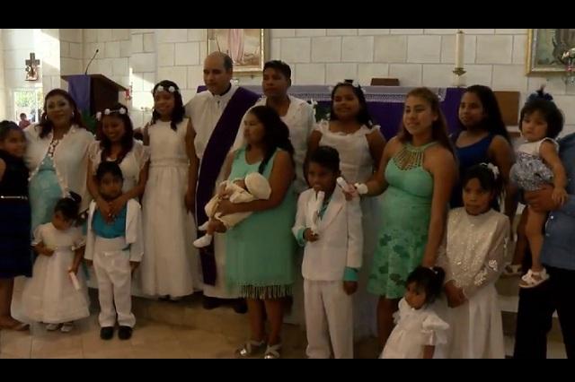 Mujer a sus 30 años ya tiene 10 hijos y decide bautizarlos a todos juntos