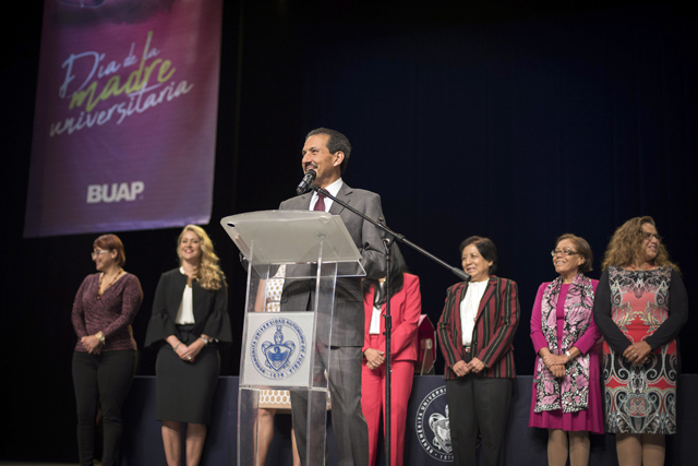 Trabaja BUAP para la equidad laboral,  señala rector a madres universitarias